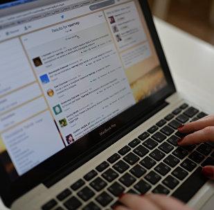 Страница сайта Twitter в окне браузера компьютера, архивное фото