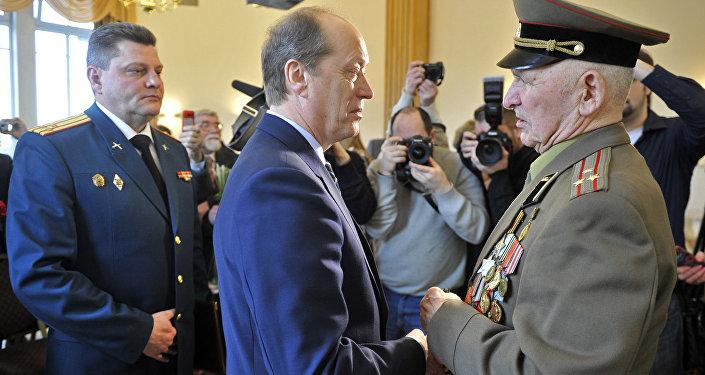 Krievijas vēstnieks Latvijā pasniedza II pakāpes Slavas ordeni Lielā Tēvijas kara veterānam Islanam Kobrovam.