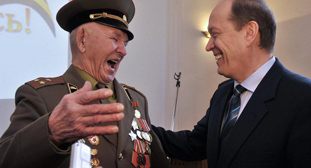 Krievijas vēstnieks Latvijā pasniedza II pakāpes Slavas ordeni Lielā Tēvijas kara veterānam Islanam Kobrovam
