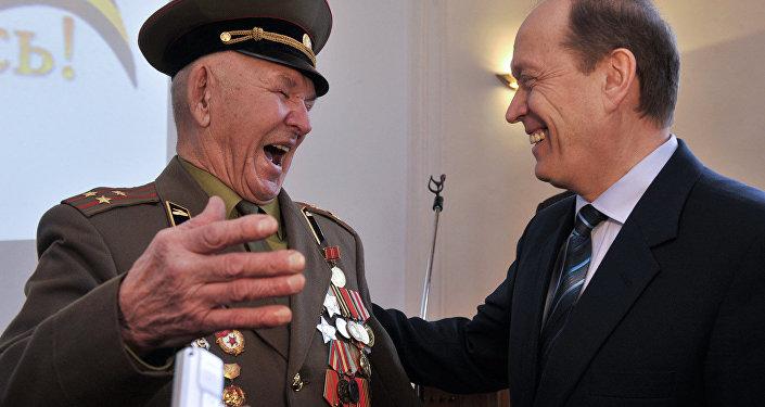 Посол России в Латвии вручил орден Славы II степени ветерану ВОВ Коброву Ислану