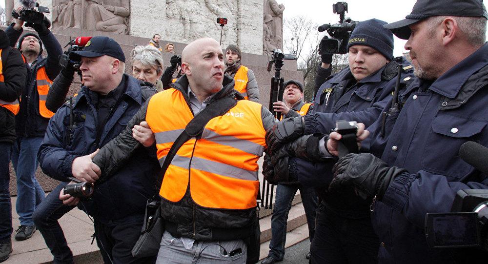 Задержание британского журналиста Грэма Филлипса на шествии 16 марта в Риге