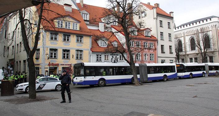 Uz vienu dienu pilsētas autobusi pārvēršas par policijas transportu