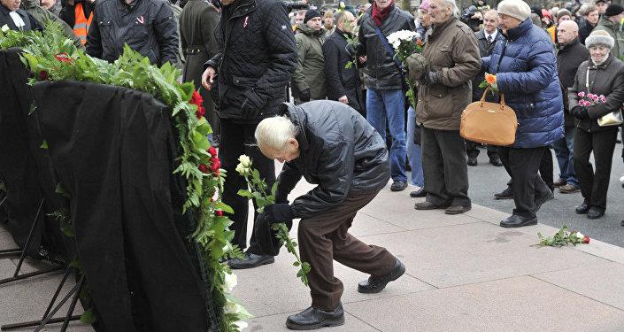 Gājiena laikā pie Brīvības pieminekļa tika nolikti ziedi un vainagi