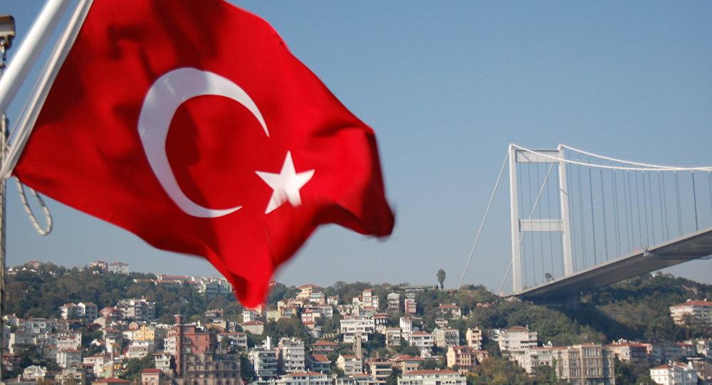 Мост через Босфор и флаг Турции, архивное фото